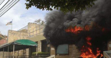 Honduras: Second Day of Demonstrations - Smoking US Embassy