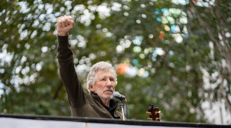 Roger Waters Plays 'Wish You Were Here' Live in Support of Assange