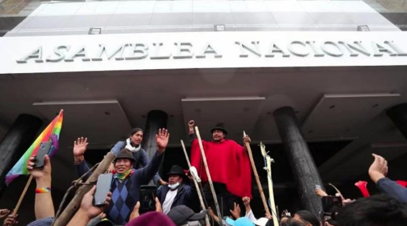 """Ecuadorians Take the Parliament to Shouts of """"Moreno Out!"""" (Images)"""
