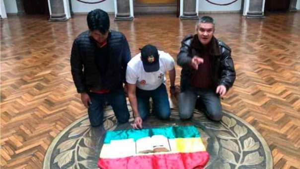Luis-Fernando-Camacho-Bolivia-palacio-dios