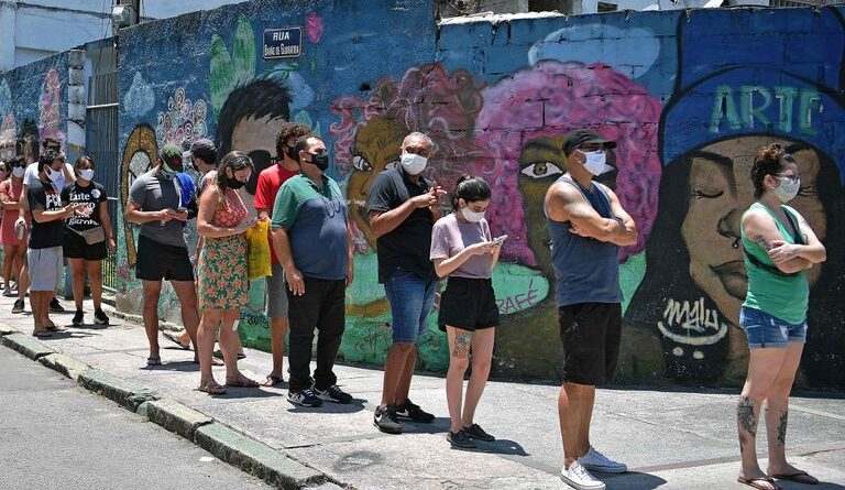 Queue this Sunday in Rio to vote in the municipal elections. CARL DE SOUZA / AFP