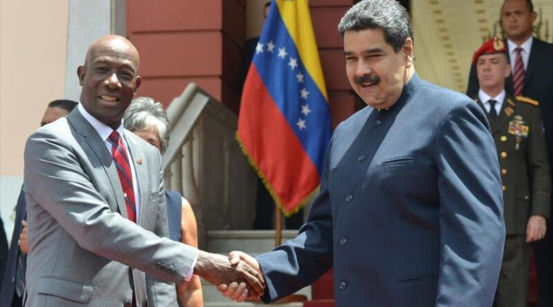 The president of Venezuela, Nicolás Maduro (right) shakes hands with the person in charge of security matters in the Caribbean Community (Caricom), Keith Rowley.