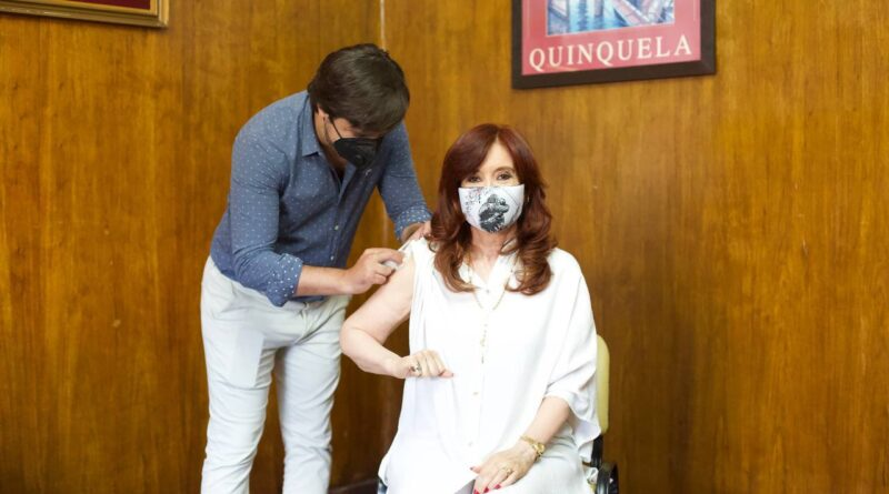 Featured image: Moment when the vice president received her vaccination. Photo courtesy of @CFKArgentina.