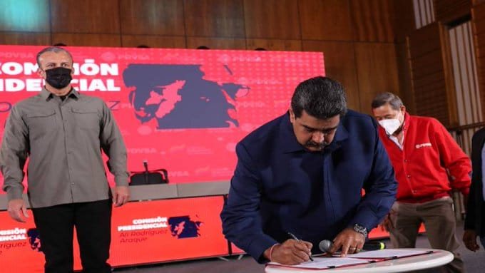 Featured image: President Maduro signing the new oil workers collective bargaining agreement. Photo courtesy of Prensa Presidencial.