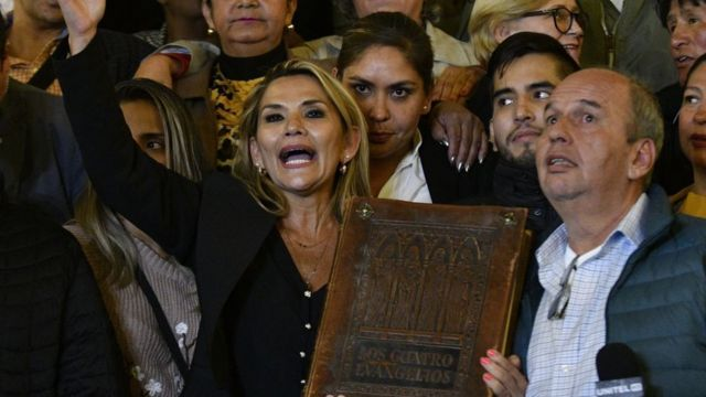 Former de facto Bolivian ruler, Jeanine Áñez, a few hours after self appointing herself as president. Photo Getty Images.