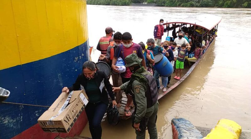 Venezuelans returning to La Victoria, Apure state after clashes between Colombian narco-paramilitary gangs and Venezuelan army. Photo courtesy of @luchalmada