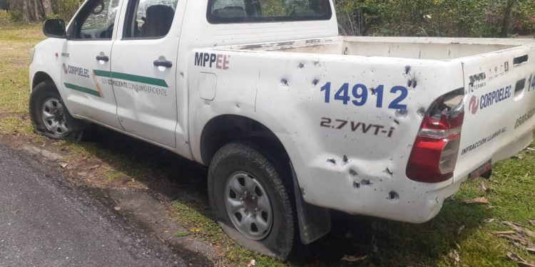 Featured image: Corpoelect team was attacked by Colombian paramilitary groups near the town of La Victoria, Apure state. Photo courtesy of La IguanaTV.