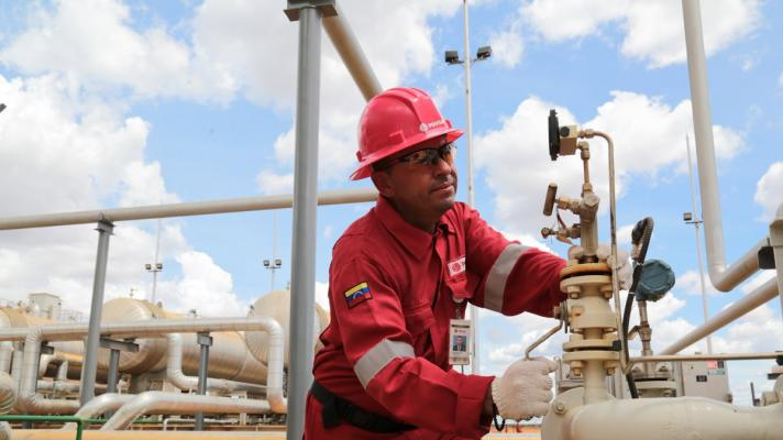 Featured image: PDVSA working class works to recover refineries (Photo: PDVSA) .
