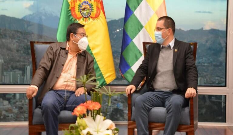 Featured image: Bolivian President Luis Arce and Venezuelan Chancellor Jorge Arreaza during a meeting in La Paz this Saturday, April 24. Photo courtesy of MPPRE.