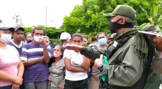 Venezuelan Army officers speaking face-to-face with the population of La Victoria in Apure state and holding people's assemblies. Screemshot from a RedRavioVE video on Twitter.