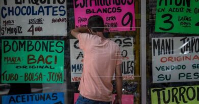 Featured image: A man observes inside a display case from which posters with food prices are strained in Caracas (Venezuela). EFE / Miguel Gutiérrez / Archive.