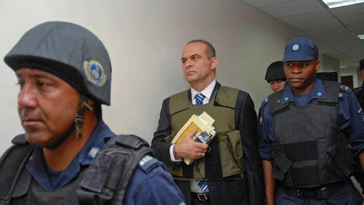 Salvatore Mancuso, former paramilitary leader, being escorted by the Colombian police (Photo: Caracol Radio)