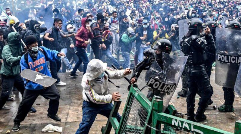 Protesters clash with riot police during a protest in Bogotá, capital of Colombia, April 28, 2021. (Photo: AFP)