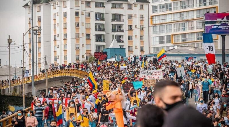 Featured image: Protestors peacefully marching during the 4th day of #ParoNacional in Armenia, Colombia. Photo courtesy of @JuanseRios87.