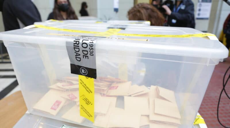 Featured image: A ballot boxes with all its seals to protect the vote but many complained about the lack of seals in most of voting places like in the image above. Photo courtesy of Servel Chile (@servelchile).