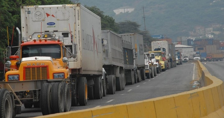 Featured image: Diesel scarcity due to US sanctions is still affecting Venezuelan economy. Lines of trucks waiting to load their tanks near Puerto Cabello, Carabobo state. File photo.