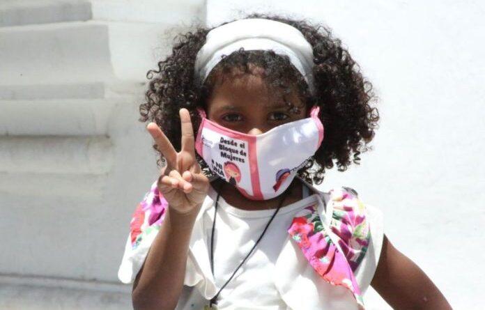 Featured image: Venezuelan kid wearing her face mask. File photo.