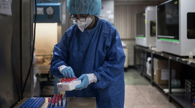 Venezuelan manipulating blood samples. © Sputnik / Magda Gibelli.