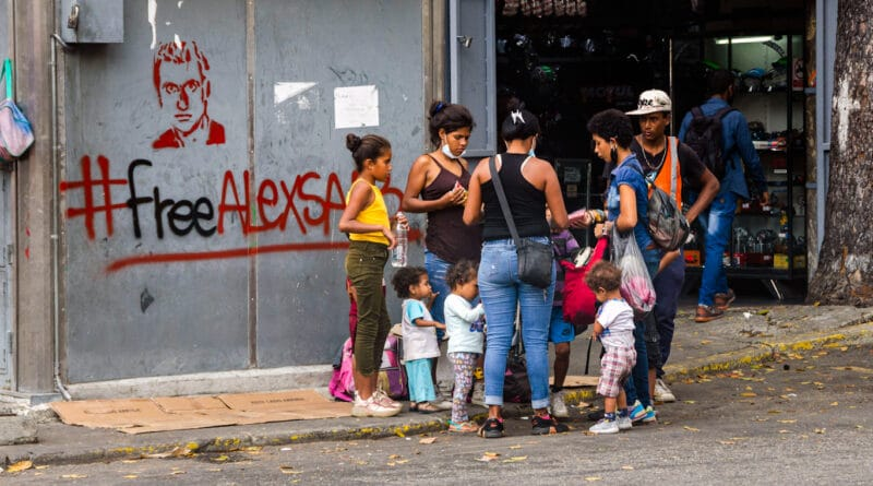 Graffiti near a shop in Caracas calling for the release of Alex Saab, with the hashtag #Freealexsaab. Photo: Alamy