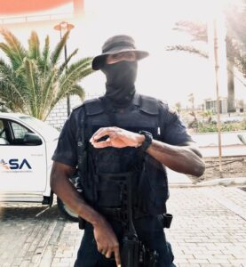 Heavilyarmed policeman in Cape Verde forbidden the access to Alex Saab place of detention. Photo courtesy of the International #FreeAlexSaab Solidarity Committee).