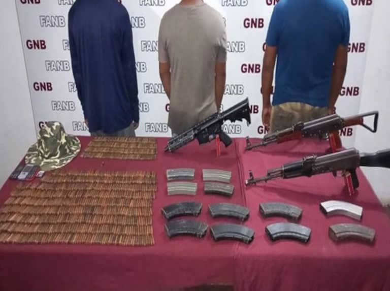Three men carrying three guns and more than 800 bullets were arrested in Delta Amacuro and handed over to the Public Ministry for required procedure.