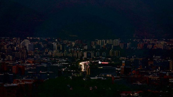 Featured image: View of Caracas in dark during the blackout. Photo courtesy of Caraota DIgital.