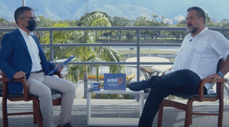 Manu Pineda interviewed by Ernesto Villegas in Caracas. Photo courtesy of Alba Ciudad.