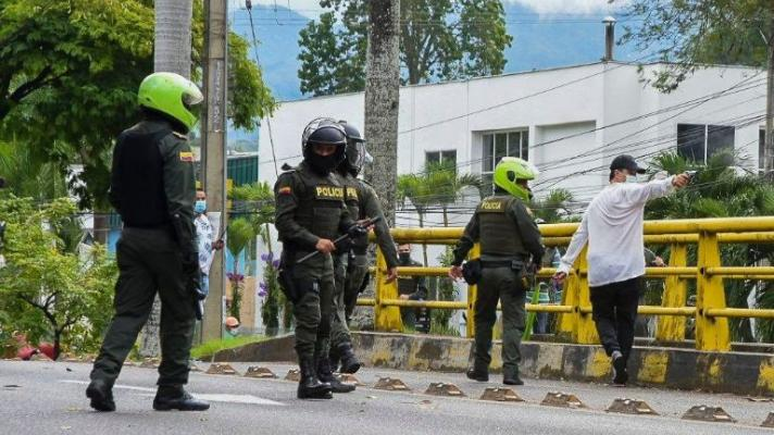 Civilians shoot at protesters next to the Colombian Police. (Photo: File)