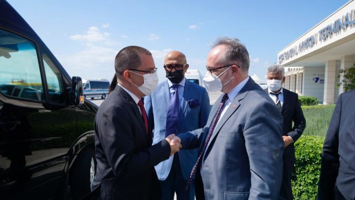 Venezuelan Foreign Affairs Minister, Jorge Arreaza being greeted by Turkish ambassador Deha Erpek upon his arrival to Turkey.