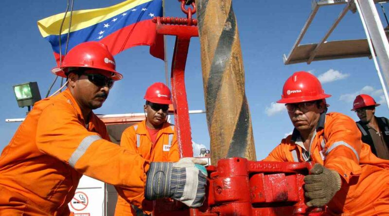 PDVSA oil workers in a drilling operation. File photo.