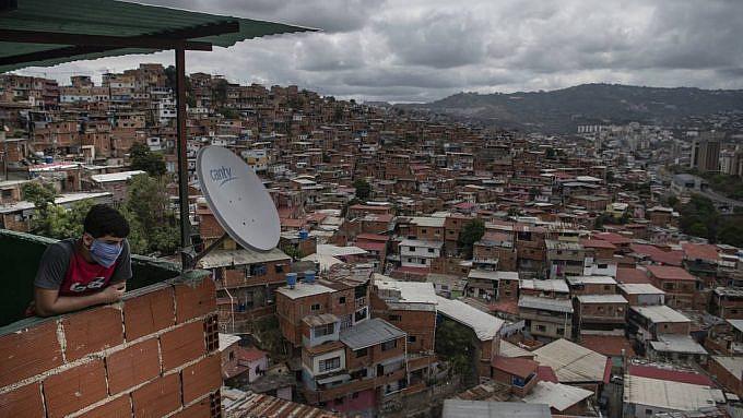 Kid contemplating Caracas from a poor barrio. Carlos Becerra / Gettyimages.ru / Actualidad RT.