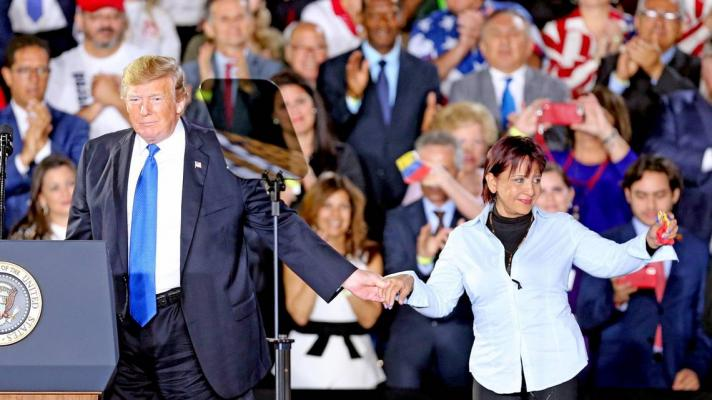 Aminta Pérez, mother of Oscar Pérez, with Donald Trump at an event in 2019 in the United States (Photo: Charles Trainor Jr. / Miami Herald)