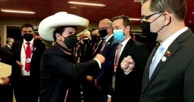 eruvian President Pedro Castillo pounding fists with Venezuelan Minister for Foreign Affairs, Jorge Arreaza. Photo courtesy of VTV.