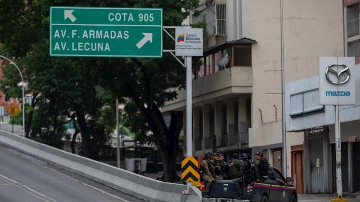 Officers of the Special Actions Forces (FAES) of the Bolivarian National Police (PNB) in a patrol at the entrance of the Cota 905 neighborhood, Caracas (Photo: Rayner Peña / EFE).
