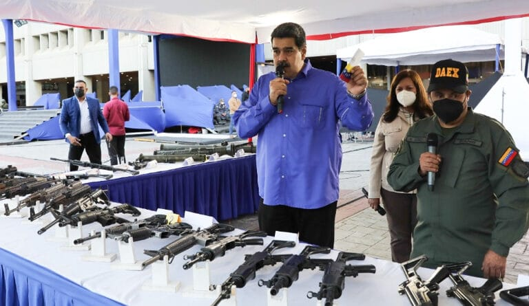 President Maduro showing part of the military arsenal seized after the police operation against the paramilitary gang of El Coqui. Photo Prensa Presidencial.