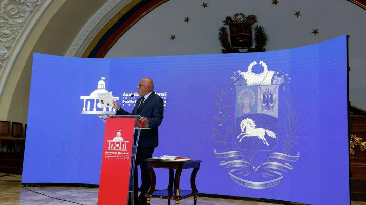 The president of the Venezuelan Parliament, Jorge Rodríguez, presents evidence of the connection between Popular Will and armed groups from Cota 905, El Valle and La Vega (Photo: Leonardo Fernández Viloria / Reuters)