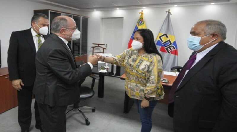 Laydi Gomez, governor of Tachira state and CNE President Pedro Calzadilla. Photo courtesy of CNE.