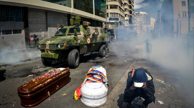 Repression in La Paz during the funeral service of victims of Jeanine Anez human rights violations in 2019. Photo courtesy of Twitter / @AbadMiranda .