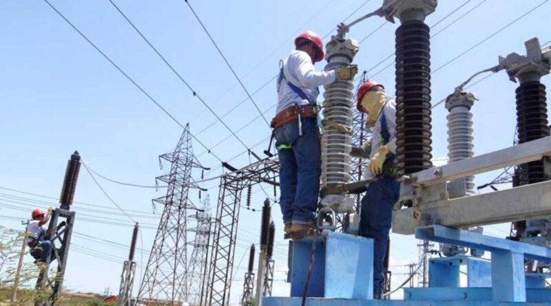 CORPOELEC technicians working on a power line. File photo courtesy of Correo del Orinoco.