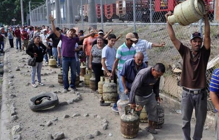 This 2018 photo showing long lines of humble Venezuelans waiting to refill their gas cylinders was one of the images used by Bocaranda to show the world his fascist and anti-Venezuelan nature. File photo.