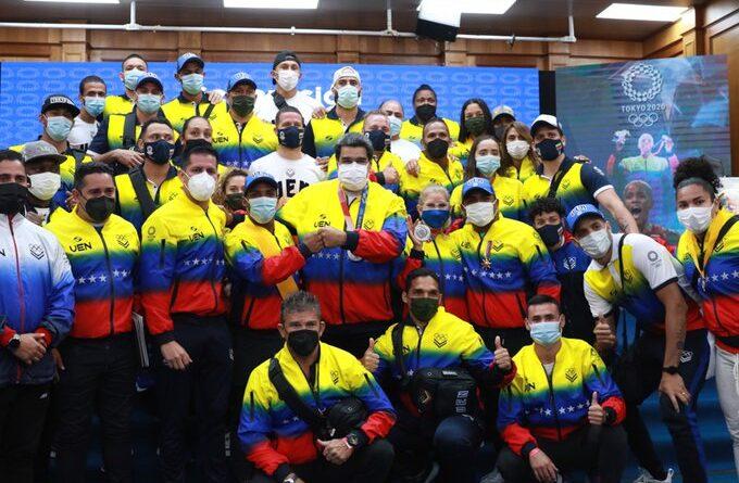 President Maduro surrounded by the Venezuelan athletes returning from Tokyo 2020 Olympics. Photo courtesy of Prensa Presidencial.