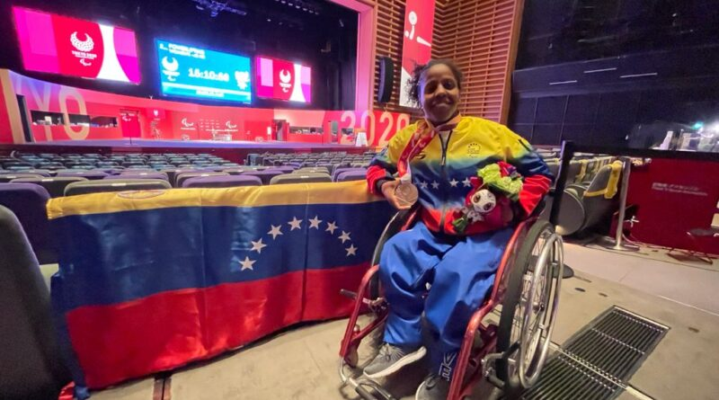 Clara Fuentes showing the first Paralympic Medal for Venezuela at Tokyo 2020. Photo courtesy of RedRadioVE.