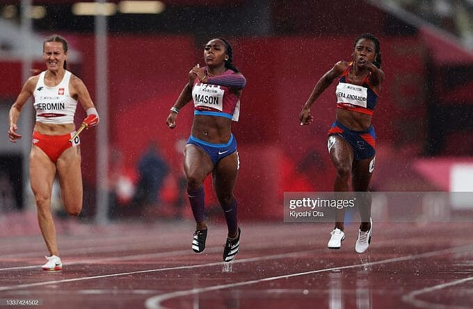 From left to right: Alicja Jeromin, from Poland; Brittni Mason, from the United States, and Lisbeli Marina Vera Andrade, from Venezuela, compete in the final of athletics 100m - T47, this August 31 (Photo: Kiyoshi Ota / Getty Images)