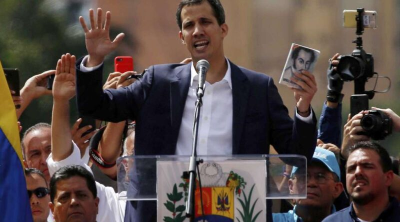 Juan Guaido declared himself president at the end of an opposition march in Caracas and escorted by Edgar Zambrano (AD) and Stalin Gonzalez (Primero Justicia), both of them already active in the regional election race. Photo courtesy of AP.