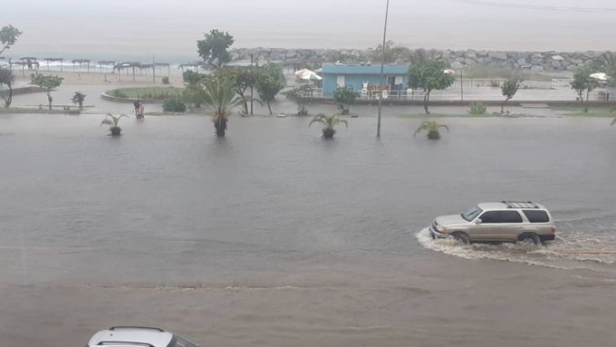 An SUV passing by a flooded road in La Guaira during heavy rains reported on Saturday, August 28. Photo courtesy of Twitter.