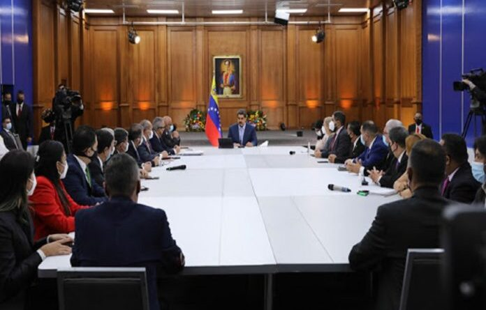 Meeting between President Maduro and opposition parliamentarians. Photo courtesy of Prensa Presidencial.