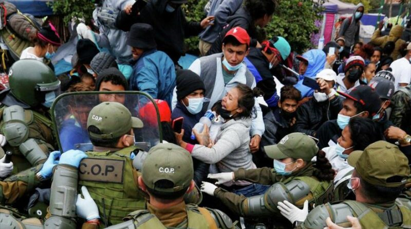 The carabineros evict migrants in a square in Iquique, in northern Chile. Photo courtesy of HispanTV.