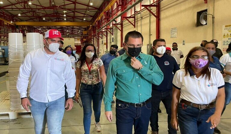 Venezuelan Minister of Production visiting a factory in Anzoategui state. Photo courtesy of Últimas Noticias.