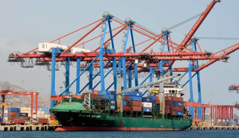Vessel at La Guaira port. File photo courtesy of Twitter / @IrwinAscanio .