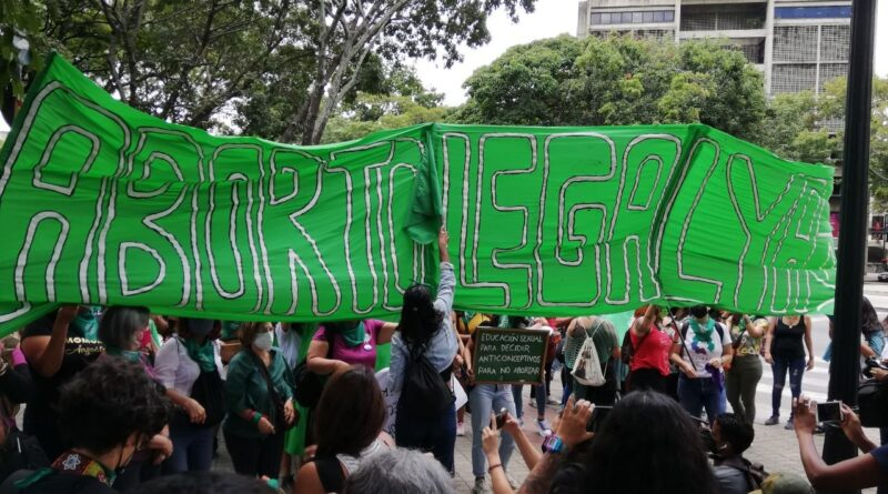 """Banner reading """"Legal Abortion Now"""". Photo courtesy of Twitter / @TatuyTV."""